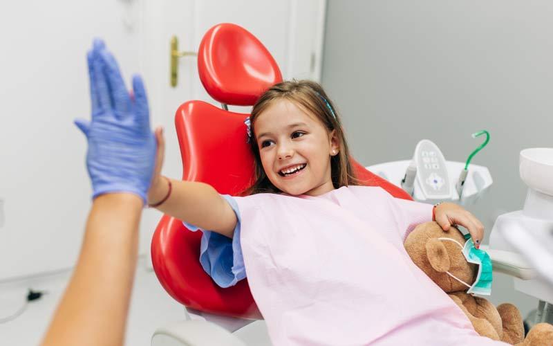 Visita al dentista para resolver los dientes amarillos